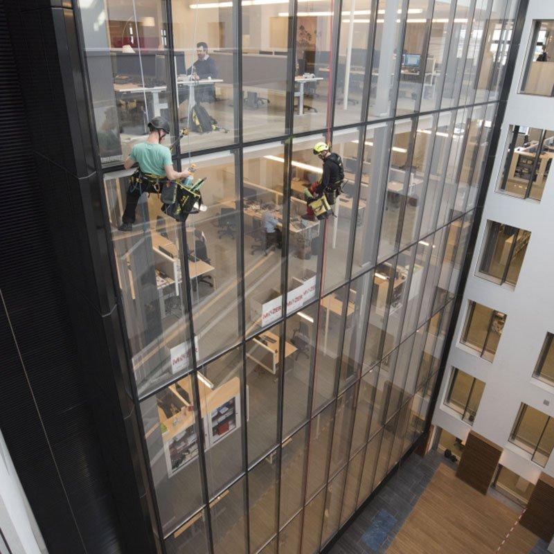 Lavage de vitres sur corde en bâtiments intérieurs ou extérieurs