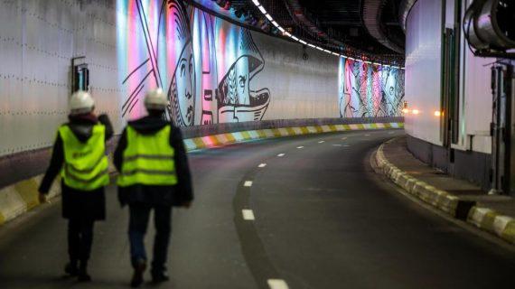 Mise en lumière d'une fresque artistique dans un tunnel bruxellois